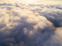 在蓝天的鸟瞰图白色云彩 顶视图 从寄生虫的看法 空中鸟` s眼睛视图 空中顶视图cloudscape c纹理  免版税库存图片