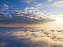 在蓝天的鸟瞰图白色云彩 顶视图 从寄生虫的看法 空中鸟` s眼睛视图 空中顶视图cloudscape c纹理  免版税图库摄影