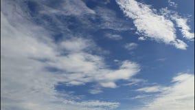 在蓝天的移动的云彩 股票录像