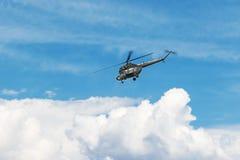 在蓝天的直升机卡其色的颜色 免版税库存照片
