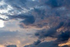 在蓝天的黑暗的云彩 免版税库存图片