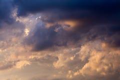 在蓝天的黑暗的云彩 免版税库存照片