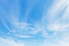 在蓝天的轻的云彩在10月在克里米亚 免版税库存图片