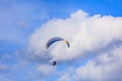 在蓝天的滑翔伞与白色云彩 库存图片