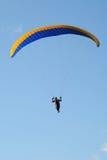 在蓝天的滑翔伞 图库摄影