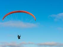 在蓝天的滑翔伞 库存照片