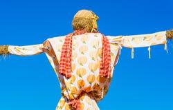 在蓝天的稻草人 免版税库存图片