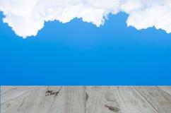 在蓝天的Backgruond木头 库存图片