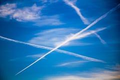 在蓝天的Chemtrails 免版税库存照片