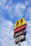 在蓝天的McDonalds商标 免版税库存图片
