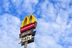 在蓝天的McDonalds商标 库存图片