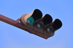 在蓝天背景下的绿色红绿灯 免版税图库摄影