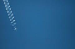 在蓝天背景的一次平面飞行 免版税图库摄影