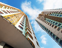 在蓝天背景的两栋居民住房 免版税库存图片