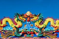 在蓝天背景的中国龙 免版税库存图片