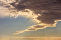 在蓝天背景的云彩在日落 免版税库存照片