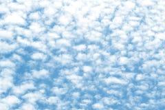 在蓝天背景的云彩纹理 免版税库存照片