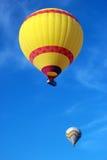 在蓝天背景的五颜六色的热气球 火鸡 库存照片