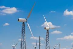 在蓝天背景的几台风轮机 免版税库存照片