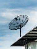 在蓝天背景的卫星盘 库存图片