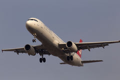 在蓝天背景的土耳其航空空中客车A321-232航空器 免版税库存图片