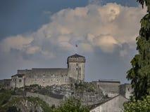 在蓝天背景的堡垒城堡 卢尔德 库存图片