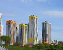 在蓝天背景的多层的大厦  免版税库存照片