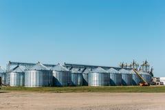 在蓝天背景的大工业筒仓储存箱 库存照片