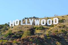 在蓝天背景的好莱坞标志 举世闻名的地标 洛杉矶,加利福尼亚 09-11-2012 免版税图库摄影