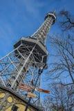在蓝天背景的小埃佛尔铁塔 库存照片