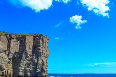 在蓝天背景的岩石  库存照片