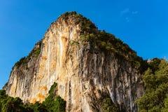 在蓝天背景的岩石  免版税库存照片
