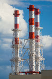 在蓝天背景的工业烟囱  免版税库存照片