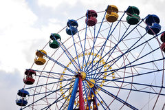 在蓝天背景的弗累斯大转轮  库存照片