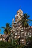 在蓝天背景的教会门  免版税库存图片