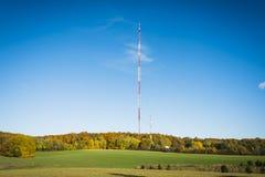 在蓝天背景的无线电帆柱  库存照片