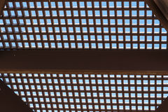 在蓝天背景的木格子  免版税库存照片