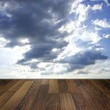 在蓝天背景的木甲板地板 库存图片