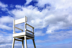 在蓝天背景的海滩睡椅 免版税库存照片