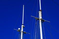 在蓝天背景的游艇帆柱 图库摄影