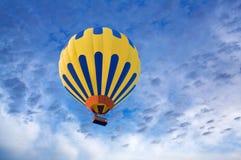 在蓝天背景的热空气气球 免版税库存图片