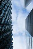 在蓝天背景的现代大厦  免版税库存照片