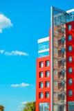 在蓝天背景的现代大厦与云彩的 库存照片