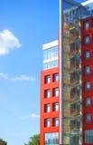 在蓝天背景的现代大厦与云彩的 图库摄影