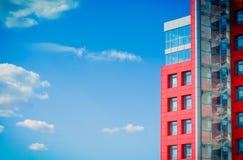 在蓝天背景的现代大厦与云彩的 免版税库存图片