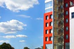 在蓝天背景的现代大厦与云彩的 库存图片