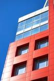 在蓝天背景的现代大厦与云彩的 免版税库存照片