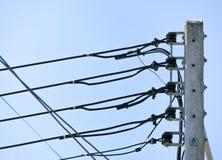 在蓝天背景的电杆 免版税库存照片