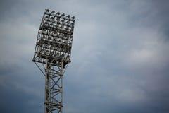 在蓝天背景的电聚光灯闪光 户外照明设备 体育场聚光灯塔 复制空间 图库摄影