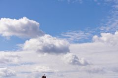 在蓝天背景的白色云彩 一小块管子与 免版税库存照片